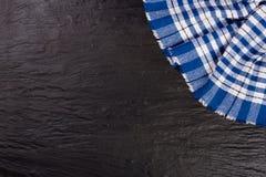 Nappe à carreaux bleue sur la table en pierre noire avec l'espace de copie pour votre texte Vue supérieure Photographie stock