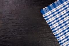 Nappe à carreaux bleue sur la table en pierre noire avec l'espace de copie pour votre texte Vue supérieure Photo stock