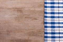 Nappe à carreaux bleue sur la vieille table en bois avec l'espace de copie pour votre texte Vue supérieure Photo stock