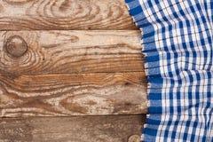 Nappe à carreaux bleue sur la vieille table en bois avec l'espace de copie pour votre texte Vue supérieure Images libres de droits