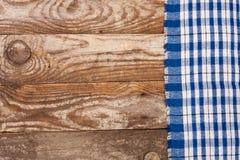 Nappe à carreaux bleue sur la vieille table en bois avec l'espace de copie pour votre texte Vue supérieure Photo libre de droits