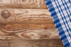 Nappe à carreaux bleue sur la vieille table en bois avec l'espace de copie pour votre texte Vue supérieure Images stock