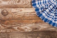 Nappe à carreaux bleue sur la vieille table en bois avec l'espace de copie pour votre texte Vue supérieure Photographie stock libre de droits