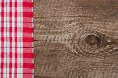 Nappe à carreaux rouge sur la vieille table en bois avec l'espace de copie pour votre texte Vue supérieure Photographie stock