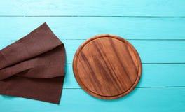 Nappe et planche à découper de Brown sur le lieu de travail en bois bleu de cuisine L'espace de vue supérieure et de copie Voir l Photos libres de droits