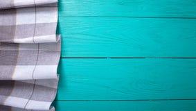 Nappe grise de plaid sur l'espace de travail en bois rustique bleu de cuisine, la vue supérieure et l'espace de copie Fond haut e Photographie stock libre de droits