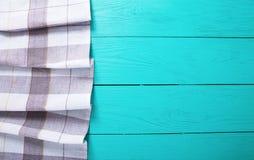 Nappe grise de plaid sur l'espace de travail en bois rustique bleu de cuisine, la vue supérieure et l'espace de copie Fond haut e Photo stock