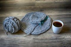 Nappes faites main grises de cottoncord sur le crochet de crochet Image libre de droits