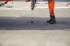 Naprawa asfaltowe jamy, dmucha gorącą miksturę bitum i gruz zdjęcie stock