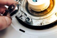 Naprawa bojlery ręka mistrz rzuca dokrętki i przekręca, w górę obraz stock