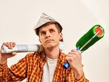 Naprawa domu mężczyzna mienia farby rolownik dla tapety Fotografia Stock