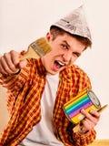 Naprawa domu mężczyzna mienia farby rolownik dla tapety Obraz Stock