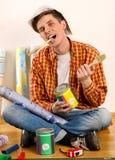 Naprawa domu mężczyzna mienia farby rolownik dla tapety Zdjęcie Royalty Free