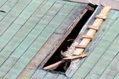 Naprawa dziura w metalu dachu fotografia stock