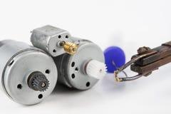Naprawa mały elektryczny silnik Prosta lutowanie praca w e zdjęcie royalty free