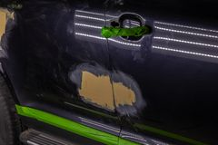 Naprawa samochodowe części ciałe w czerni po podrapania i wypadku zdjęcia stock
