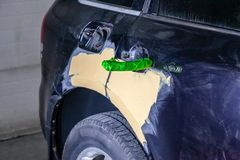 Naprawa samochodowe części ciałe w czerni po podrapania i wypadku obraz stock