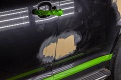 Naprawa samochodowe części ciałe w czerni po podrapania i wypadku obrazy stock