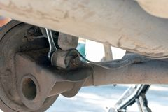 Naprawa samochodowy zawieszenie Zamieniający szoka absorber lub bębenu hamulec kroczy dumnie zdjęcie royalty free