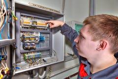 Naprawa switchboard, inżyniera elektryk sprawdza lont bo fotografia royalty free