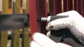 Naprawia metalu ogrodzenie w wiosce zbiory wideo
