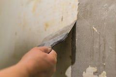 Naprawia stare ściany z szpachelką obrazy royalty free