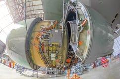 Naprawia utrzymanie wielki silnik czapeczka łopot jest otwartym, pasażerskim samolotem w hangarze, fotografia stock
