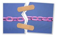Naprawia więź - pojęcie wizerunek z rozdzierającą fotografią stary ośniedziały metalu łańcuch łączący z adhezyjnym bandażem zdjęcie royalty free