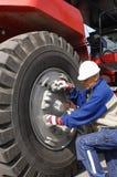 naprawiania gigantyczna mechanika opony ciężarówka zdjęcie stock