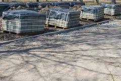 Naprawianie chodniczek w parku z kamiennymi blokami drogowa brukowa odbudowa fotografia stock