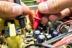 NAPRAWIANIE elektronika Z PRÓBNYM wyposażeniem W USŁUGOWYM centrum inżynierem fotografia stock