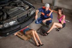 Naprawianie samochód przy auto remontowym sklepem zdjęcie stock