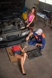 Naprawianie samochód przy auto remontowym sklepem obrazy stock