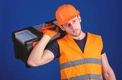 Naprawy i odświeżania pojęcie Pracownik, naprawiacz, repairman, silny budowniczy na rozważnej twarzy niesie toolbox dalej obraz royalty free