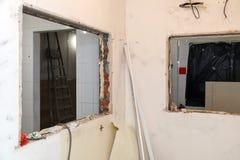 Naprawy i zastępstwa okno w budynku biurowym, zniszczeni nadokienni rozdziały cegły, płytki Pojęcie budowy drużyna, zdjęcie stock