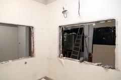 Naprawy i zastępstwa okno w budynku biurowym, zniszczeni nadokienni rozdziały cegły, płytki Pojęcie budowy drużyna, obraz royalty free