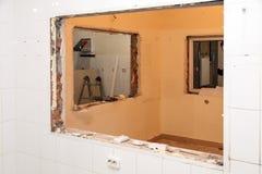 Naprawy i zastępstwa okno w budynku biurowym, zniszczeni nadokienni rozdziały cegły, płytki Pojęcie budowy drużyna, zdjęcia royalty free