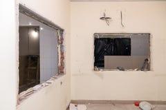 Naprawy i zastępstwa okno w budynku biurowym, zniszczeni nadokienni rozdziały cegły, płytki Pojęcie budowy drużyna, zdjęcie royalty free
