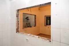 Naprawy i zastępstwa okno w budynku biurowym, zniszczeni nadokienni rozdziały cegły, płytki Pojęcie budowy drużyna, zdjęcia stock