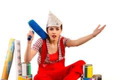 Naprawy kobiety mienia farby domowy rolownik dla tapety Zdjęcie Stock