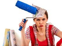 Naprawy kobiety mienia farby domowy rolownik dla tapety Zdjęcia Royalty Free
