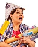 Naprawy kobiety mienia farby domowy rolownik dla tapety Fotografia Royalty Free