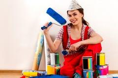 Naprawy kobiety mienia farby domowy rolownik dla tapety Obraz Royalty Free