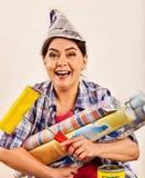 Naprawy kobiety mienia farby domowy rolownik dla tapety Fotografia Stock