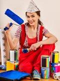 Naprawy kobiety mienia farby domowy rolownik dla tapety Zdjęcie Royalty Free