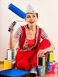 Naprawy kobiety mienia farby domowy rolownik dla tapety Zdjęcia Stock