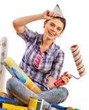 Naprawy kobiety mienia farby domowy rolownik dla tapety Obraz Stock