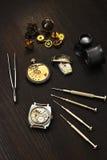 Naprawy starzy machinalni zegarki Zdjęcia Stock
