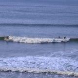 naprzeciw surfingowów atlantycki ocean dwa Zdjęcie Royalty Free