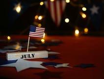 Napuszona flaga amerykańska i drewniany sześcianu kalendarz z 4th Lipiec, usa dnia niepodległości data, kopii astronautyczny uroc obraz royalty free
